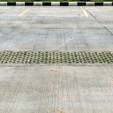 Leeg concreet parkeerterrein Royalty-vrije Stock Afbeeldingen