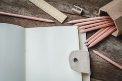 Leeg dagelijks ontwerpersnotitieboekje met potloden, scherper en royalty-vrije stock foto's