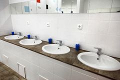 Leeg de badkamersbinnenland van toilet openbaar mensen met de gootstenen van de washand stock afbeeldingen