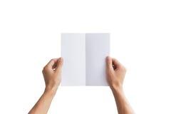Leeg de brochureboekje van de handholding in de hand Aanwezig pamflet Stock Afbeeldingen