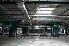 Leeg de garage ondergronds binnenland van het autoparkeren binnen in flatgebouw of in wandelgalerij of supermarkt Royalty-vrije Stock Fotografie