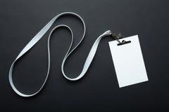 Leeg die kentekenmodel op zwarte wordt ge?soleerd Duidelijke lege naamplaatjespot die omhoog op hals met koord hangen r stock afbeelding