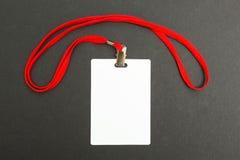 Leeg die kentekenmodel op zwarte wordt ge?soleerd Duidelijke lege naamplaatjespot omhoog met rood koord stock afbeelding