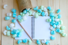 Leeg die notitieboekje met groen en blauw harten en potlood wordt omringd Stock Fotografie