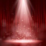 Leeg die stadium met lichten op rode achtergrond wordt aangestoken Stock Afbeeldingen