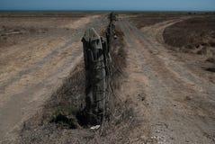 Leeg die strand door staken wordt verdeeld royalty-vrije stock afbeeldingen