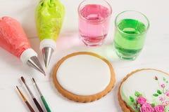 Leeg die suikerglazuurkoekje op het verfraaien wordt voorbereid Stock Afbeeldingen