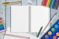 Leeg Document en Kleurenpotlood, kleurpotloden, het palet van de de Waterverfverf van de kleurenpen op Houten lijst royalty-vrije stock foto