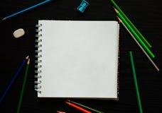 Leeg document en kleurrijke potloden op de donkere houten lijst Stock Foto's