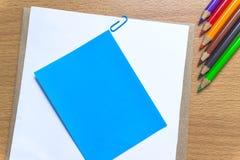 Leeg document en kleurrijke potloden op de houten lijst Mening van hierboven Mening van hierboven Stock Fotografie