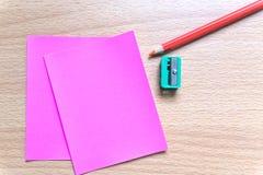 Leeg document en kleurrijke potloden op de houten lijst Mening van hierboven Mening van hierboven Stock Afbeeldingen