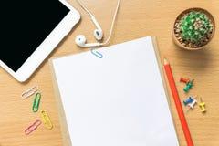 Leeg document, kleurenpotlood, en slimme telefoon op houten bureau Stock Afbeeldingen