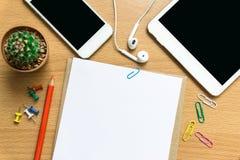 Leeg document, kleurenpotlood, en slimme telefoon op houten bureau Stock Foto's