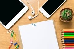 Leeg document, kleurenpotlood, en slimme telefoon op houten bureau Royalty-vrije Stock Foto