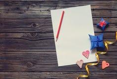 Leeg document met de giften van de Valentijnskaartendag Stock Foto