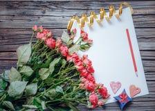 Leeg document met de voorwerpen van de Valentijnskaartendag Stock Foto