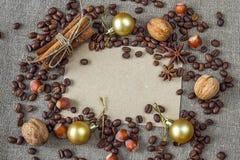 Leeg document met koffiebonen, kruiden, noten en Kerstmisdecorum Stock Foto