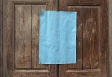 leeg document op deur met exemplaarruimte royalty-vrije stock foto