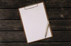 Leeg document op houten klembord op houten achtergrond Stock Foto