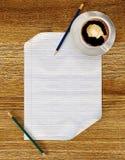 Leeg document op houten lijst met potloden en koffiekop Stock Foto's