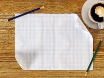 Leeg document op houten lijst met potloden en koffiekop Stock Afbeeldingen