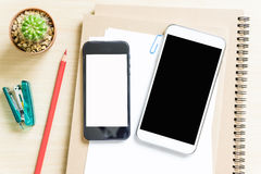 Leeg document, potlood, en slimme telefoon op houten bureau Stock Afbeelding