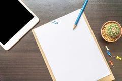 Leeg document, potlood, en slimme telefoon op houten bureau Stock Foto's