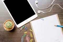 Leeg document, potlood, en slimme telefoon op houten bureau Royalty-vrije Stock Afbeeldingen