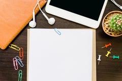 Leeg document, potlood, en slimme telefoon op houten bureau Stock Foto
