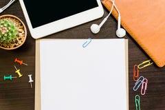 Leeg document, potlood, en slimme telefoon op houten bureau Royalty-vrije Stock Fotografie