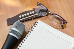 Leeg document voor het schrijven van muziek op gitaar Stock Fotografie