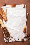 Leeg document voor recepten over houten achtergrond met koffie en s royalty-vrije stock afbeelding
