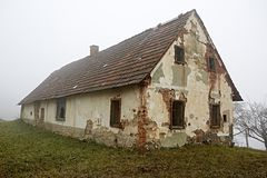 Leeg doorstaan landelijk wit huis stock foto