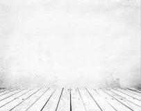 Leeg een wit binnenland van uitstekende ruimte - grijze grunge concrete muur en oude houten vloer Stock Afbeelding