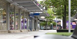 Leeg en verlaten winkelend centrum die die een daling in de hoofdstraat illustreren door Internet-te winkelen wordt veroorzaakt royalty-vrije stock afbeeldingen
