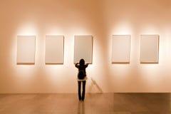 Leeg frame in kunstgalerie Stock Foto's