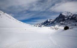Leeg gebied van sneeuw met kleine hut Stock Afbeeldingen