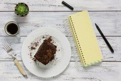 Leeg geel notitieboekje met exemplaarruimte Cake, koffie en groene pl Royalty-vrije Stock Afbeelding