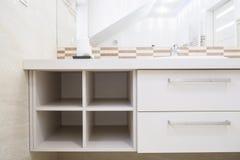 Leeg geval in heldere badkamers Stock Afbeelding