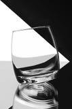 Leeg glas op zwart-witte achtergrond Stock Fotografie