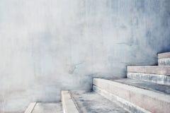 Leeg Gray Concrete Stair, de Moderne Stijl van de Cement Industriële Zolder zijaanzicht en selectieve nadruk stock foto
