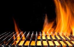 Leeg grillnet met brandvlammen op zwarte Stock Fotografie