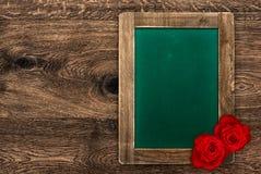 Leeg groen bord met rode rozen Stock Fotografie