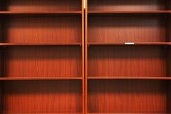 Leeg houten boekenrek stock afbeelding