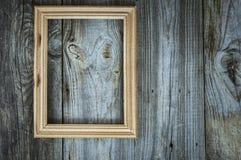 Leeg houten kader op oude grijze houten muur Stock Foto's
