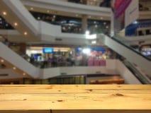 Leeg houten lijst ruimteplatform en vage winkelcomplexrug Stock Foto