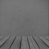 Leeg Houten Perspectiefplatform met Abstracte die Grunge Gray Wall Background Texture als Malplaatje voor Vertoning Produ wordt g Royalty-vrije Stock Afbeeldingen