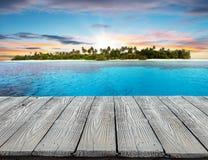 Leeg houten planken tropisch eiland op achtergrond stock afbeelding