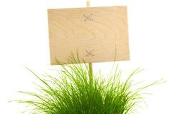 Leeg houten Teken met groen Gras Stock Foto