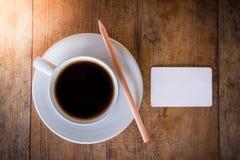 Leeg kaart en potlood met koffiekop Stock Foto